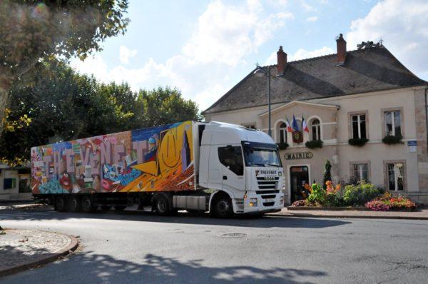 Camion_couleur_Thevenet_devant_la_mairie