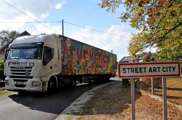 Camion_couleur_Thevenet_sortie_de_la_ville